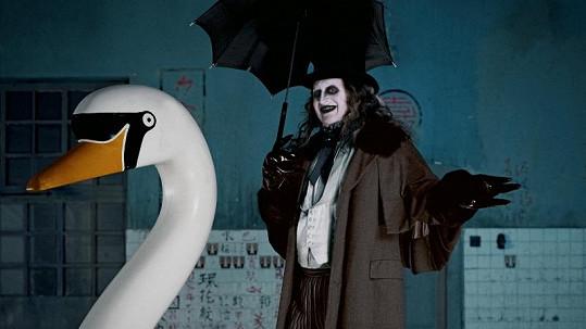 Moderátor, který si často nevidí do pusy, se změnil v Tučňáka z Batmana.