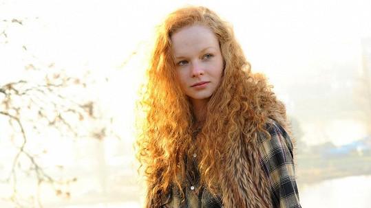 Anna Linhartová okouzluje mimo jiné bohatou hřívou rusých vlasů.
