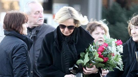 Helena Vondráčková na pohřbu otce Jiřího.