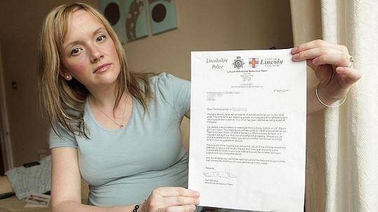 Charlotte Childsová ukazuje dopis od policie, který byl adresovaný jejímu nenarozenému synovi.