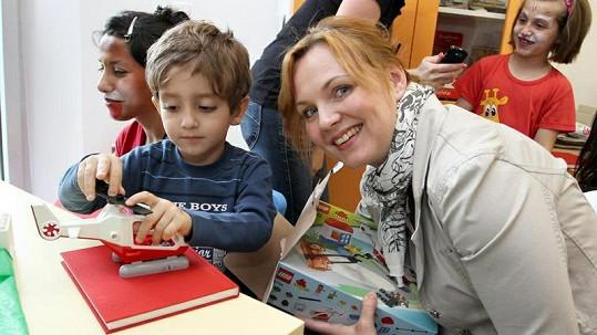 Kamila Špráchalová rozdávala dárky i úsměvy.