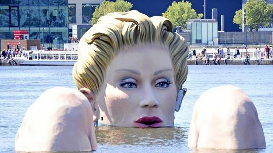 Gigantická socha zdobí řeku Alster.