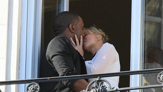Kanye West se vášnivě líbal s neznámou blondýnkou.