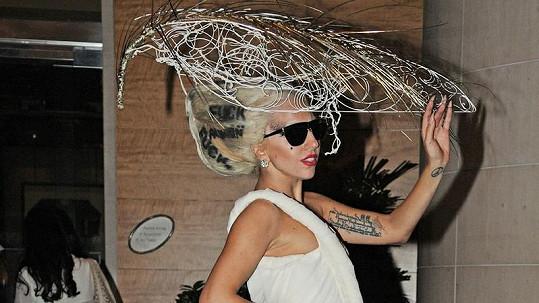 Jeden z odvážných modelů Lady Gaga.