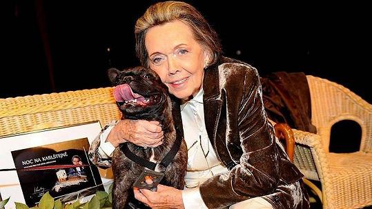 Jiřina Jirásková a její milovaný pes, buldoček Amálka.