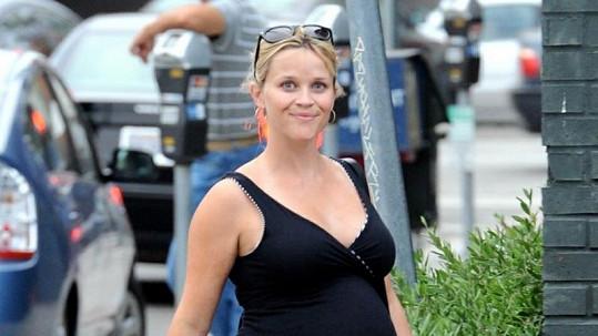 Reese Witherspoon bude potřetí rodit, lékaři se snaží zabránit tomu, aby potomka přivedla na svět předčasně.