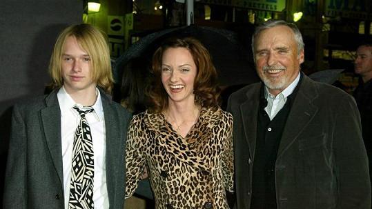 Henry Hopper (vlevo) s matkou a otcem Dennisem.