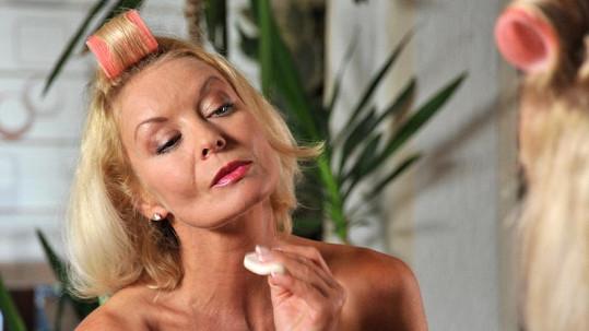 Vilma Cibulková nahá v koupelně.
