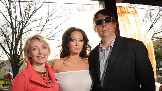Agáta Hanychová se svými rodiči.