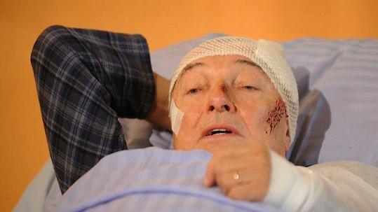 Karel Gott je snad nezranitelný. Takhle vypadal jen při natáčení seriálu.