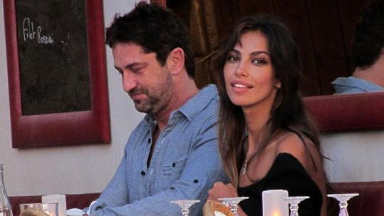 Gerard s přítelkyní Maladinou Gheneou, která připomíná jak Angelinu Jolie, tak i Penélope Cruz.