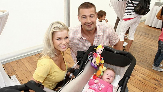 Petr Jákl s dcerou Elisou a manželkou Romanou.