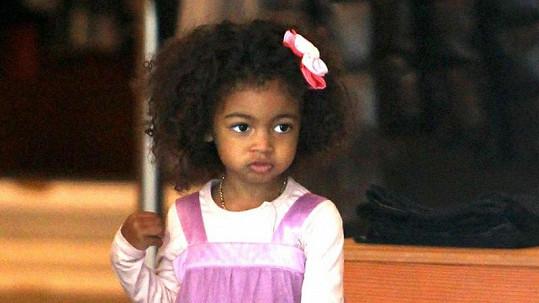 Roztomilá dcera slavných rodičů Lou Sulola Samuel.