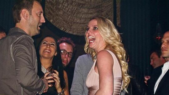 Britney Spears se na zásnubním večírku dobře bavila.