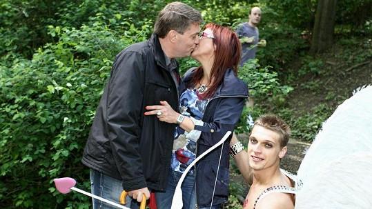 Kateřina Cajthamlová při polibku s novým přítelem.