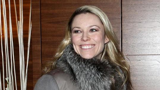 Po náročném letu přes velkou louži se Kiera přesto usmívala.
