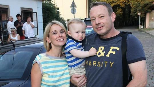 Michal Dvořák s partnerkou Lucií Kvasnicovou a synem Míšou.