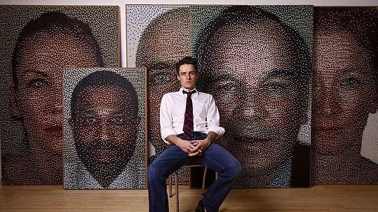Třiatřicetiletý Eric Daigh s některými ze svých uměleckých počinů.