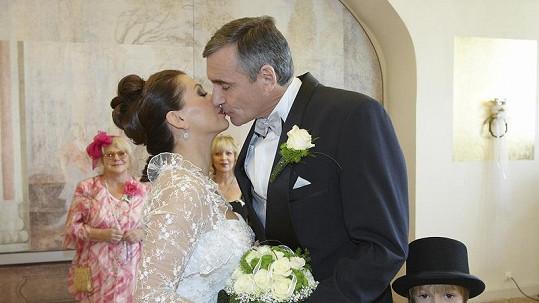 Dana Morávková a Jan Čenský coby manželé Suší a jejich první novomanželský polibek.