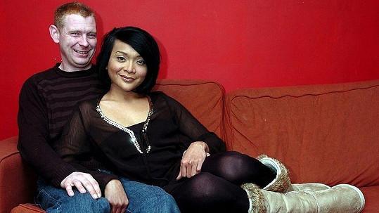Ian Young a jeho malajská manželka Fatine.