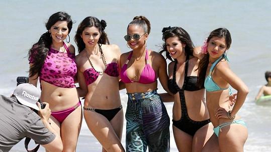 Christina Milian spolu s dalšími dívkami předváděla svou novou kolekci plavek.