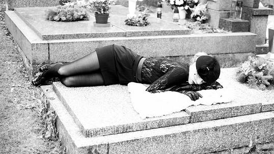 Veronika Machová pózovala na hrobě.