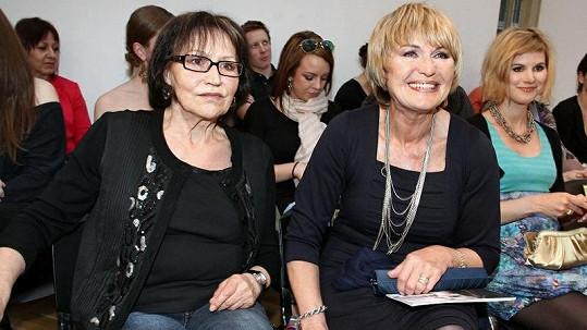 Dceři Elišky Balzerové (vpravo) roste bříško.