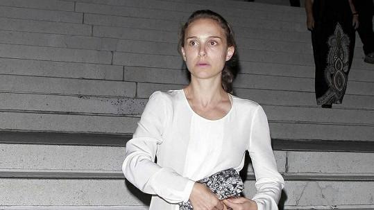 Nenalíčená Natalie Portman vypadá jako mladá dívka.