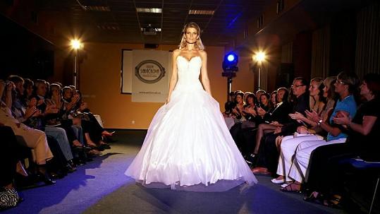 Krásná Iveta Lutovská ve svých svatebních šatech.