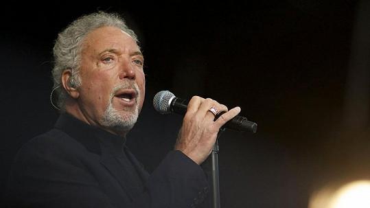 Zpěvák Tom Jones zrušil koncert kvůli zdraví.