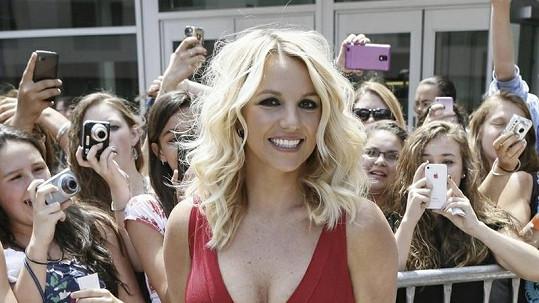 Britney Spears to v červených šatech moc slušelo.