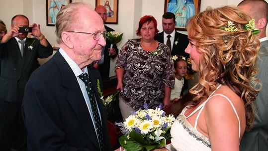 MIlovaný dědeček Lucie Vondráčkové byl ještě na její svatbě. V pondělí zemřel.
