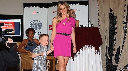 Monika Marešová se synem Jakubem na benefičním večeru Afrika na krku