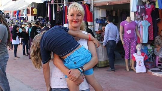 Kuba náročné odpoledne neustál a usnul mámě v náručí.