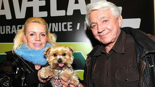 Jiří Krampol s manželkou Hanou a psem Žanetkou.