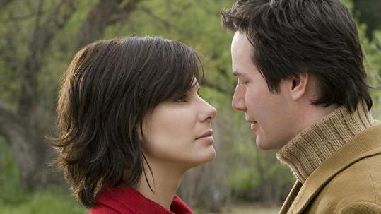 Sandra Bullock a Keanu Reeves ve filmu Dům u jezera.