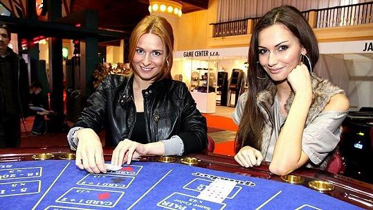 Eliška Bučková (vpravo) si pokerem už vydělala statisíce. Romana Pavelková zatím tak úspěšná není.