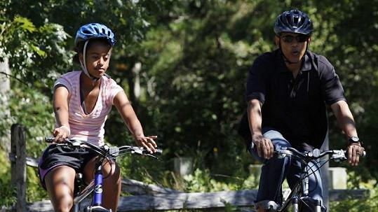 Barack Obama s dcerou Maliou na kole při projížďce po ostrově Martha's Vineyard.