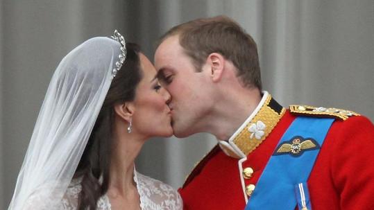 Takhle se Kate na balkóně Buckinghamského paláce líbala s Williamem.