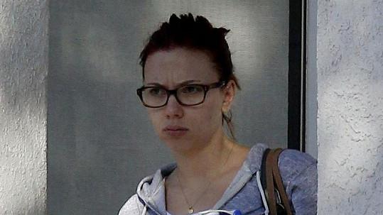 Nenalíčená Scarlett Johansson vypadá jako šedá myš.