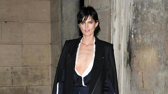 Stella Tennant nezvolila vzhledem ke svému dekoltu úplně lichotivý outfit.
