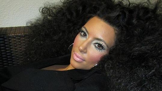 Kim Kardashian změnila image. Snad jen na chvíli.
