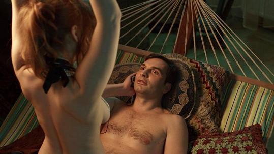 Vica při natáčení sexuální scény s Jiřím Macháčkem.