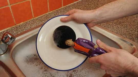 Netradiční mycí pomůcka - houbička ve tvaru disco tanečníka s afrem.