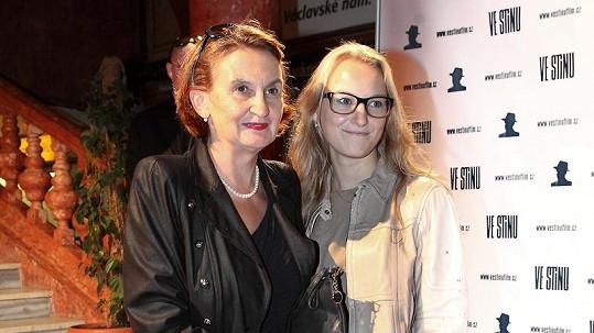 Eva Holubová se pochlubila půvabnou dcerou Karolínou, která si drží image intelektuálky.