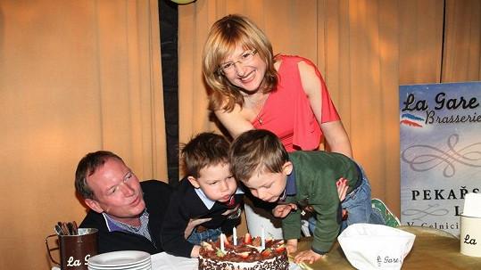 Štěpánka Duchková s manželem a dvojčaty na luxusní oslavě.