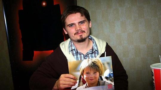 Jake Lloyd s fotografií ze své nejslavnější role Anakina Skywalkera.