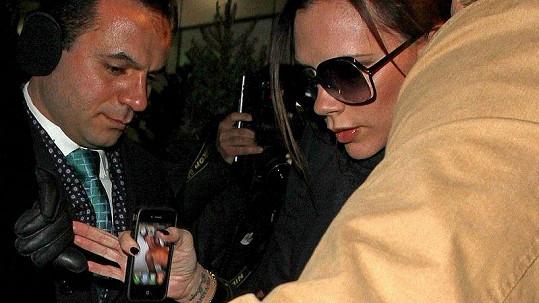 Victora Beckhamová nerada ukázala fotografům svou tapetu na mobilním telefonu s nahým manželem Davidem.