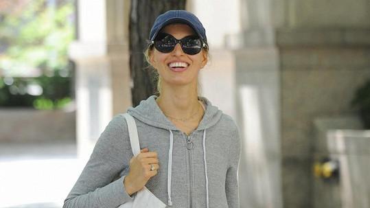 Karolína Kurková jde v New Yorku z nákupu.