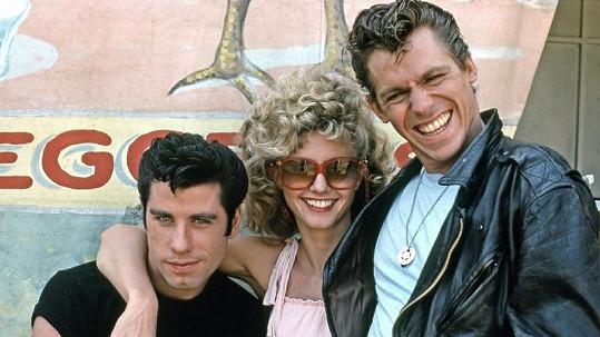 John Travolta (vlevo) a Jeff Conaway ve filmu Pomáda. Uprostřed Olivia Newton-John.